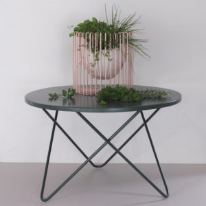 blush-wire-fruitbowl-on-moss-oneroa-outdoor-metal-table